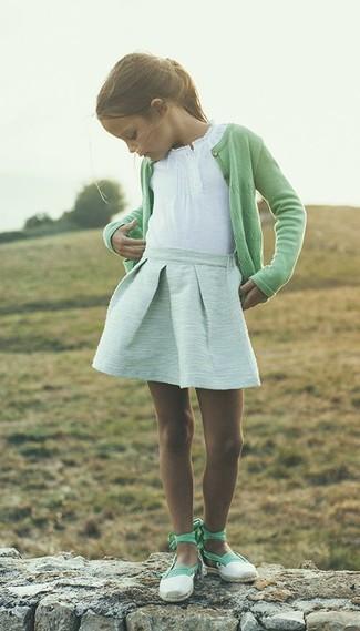 Wie kombinieren: grüne Strickjacke, weißes T-shirt, mintgrüner Rock, mintgrüne Ballerinas