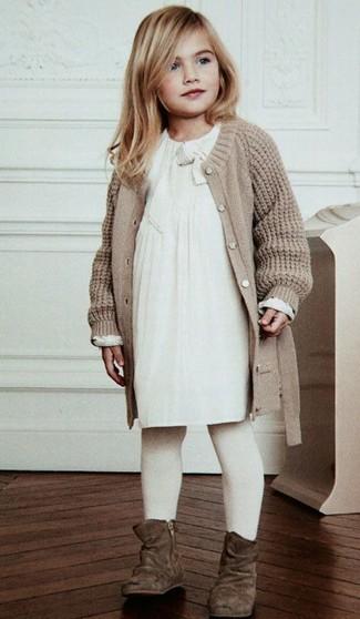 Wie kombinieren: hellbeige Strick Strickjacke, weißes Kleid, braune Stiefel aus Wildleder, weiße Strumpfhose