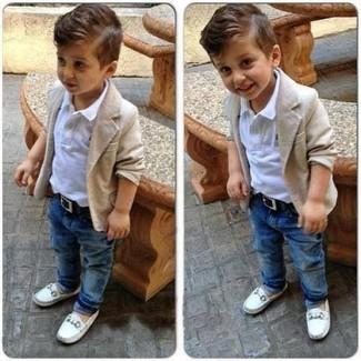 Wie kombinieren: hellbeige Strickjacke, weißes Polohemd, blaue Jeans, weiße Slipper