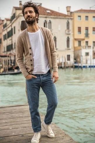 Weiße hohe Sneakers aus Segeltuch kombinieren: trends 2020: Kombinieren Sie eine hellbeige Strickjacke mit blauen Jeans für ein sonntägliches Mittagessen mit Freunden. Weiße hohe Sneakers aus Segeltuch leihen Originalität zu einem klassischen Look.