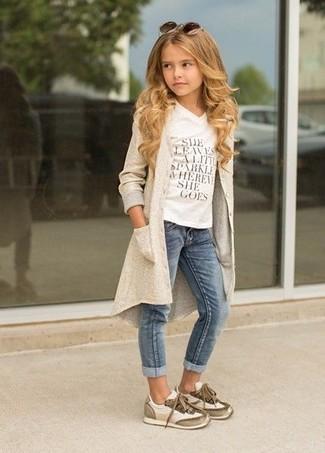 Wie kombinieren: hellbeige Strickjacke, weißes bedrucktes T-shirt, blaue Jeans, hellbeige Turnschuhe