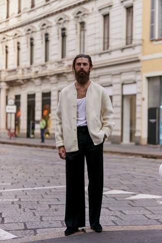 Weißes Trägershirt kombinieren: trends 2020: Kombinieren Sie ein weißes Trägershirt mit einer schwarzen Chinohose für einen entspannten Wochenend-Look. Fühlen Sie sich ideenreich? Vervollständigen Sie Ihr Outfit mit schwarzen Chelsea Boots aus Wildleder.
