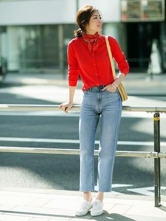 Wie kombinieren: rote Strickjacke, hellblaue Jeans, weiße Segeltuch niedrige Sneakers, beige Stroh Umhängetasche