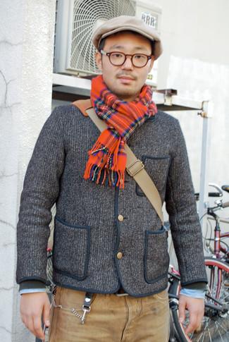 Wie kombinieren: graue Strick Strickjacke, hellblaues Jeanshemd, beige Jeans, beige Segeltuch Umhängetasche