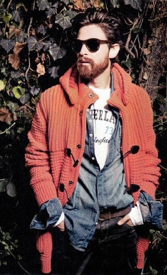 Wie kombinieren: orange Strick Strickjacke, dunkelblaues Jeanshemd, weißes bedrucktes T-Shirt mit einem Rundhalsausschnitt, schwarze Jeans