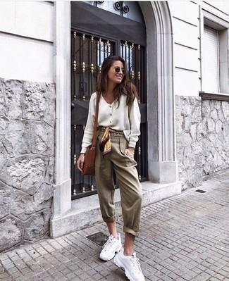 Beige Karottenhose kombinieren – 40 Damen Outfits: Um einen tollen Casual-Look zu erzielen, kombinieren Sie eine weiße Strickjacke mit einer beige Karottenhose. Wenn Sie nicht durch und durch formal auftreten möchten, wählen Sie weißen Sportschuhe.