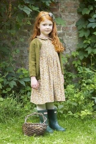 Wie kombinieren: olivgrüne Strickjacke, hellbeige Kleid mit Blumenmuster, dunkelgrüne Gummistiefel, graues Haarband