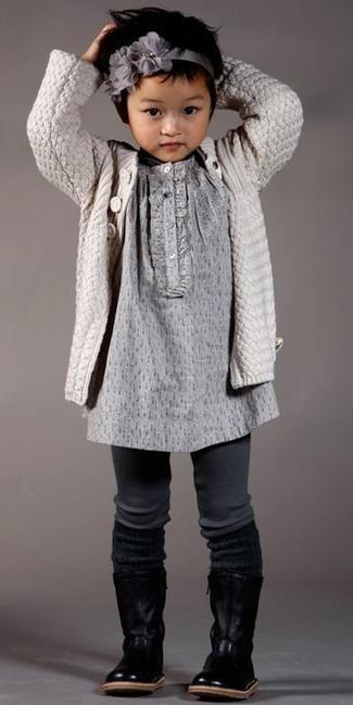 Wie kombinieren: hellbeige Strickjacke, graues Kleid, schwarze Stiefel aus Leder, graues Haarband