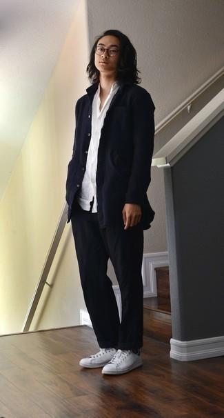 Strickjacke kombinieren – 500+ Herren Outfits: Tragen Sie eine Strickjacke und eine schwarze Chinohose, um mühelos alles zu meistern, was auch immer der Tag bringen mag. Fühlen Sie sich mutig? Komplettieren Sie Ihr Outfit mit weißen Leder niedrigen Sneakers.