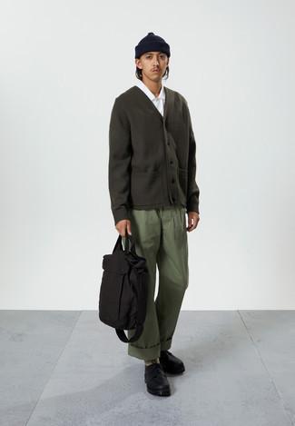 Weißes Kurzarmhemd kombinieren – 500+ Herren Outfits: Vereinigen Sie ein weißes Kurzarmhemd mit einer olivgrünen Chinohose für ein bequemes Outfit, das außerdem gut zusammen passt. Ergänzen Sie Ihr Outfit mit schwarzen klobigen Leder Derby Schuhen, um Ihr Modebewusstsein zu zeigen.