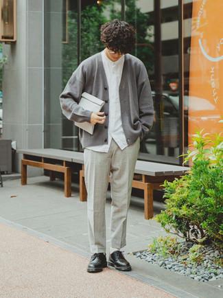 Graue Segeltuch Clutch Handtasche kombinieren – 19 Herren Outfits: Erwägen Sie das Tragen von einer grauen Strickjacke und einer grauen Segeltuch Clutch Handtasche für einen entspannten Wochenend-Look. Fühlen Sie sich ideenreich? Ergänzen Sie Ihr Outfit mit schwarzen Leder Derby Schuhen.