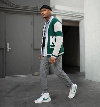 Weiße und grüne hohe Sneakers aus Leder kombinieren – 9 Herren Outfits: Paaren Sie eine dunkelgrüne bedruckte Strickjacke mit einer grauen Chinohose mit Karomuster für ein sonntägliches Mittagessen mit Freunden. Fühlen Sie sich ideenreich? Vervollständigen Sie Ihr Outfit mit weißen und grünen hohen Sneakers aus Leder.