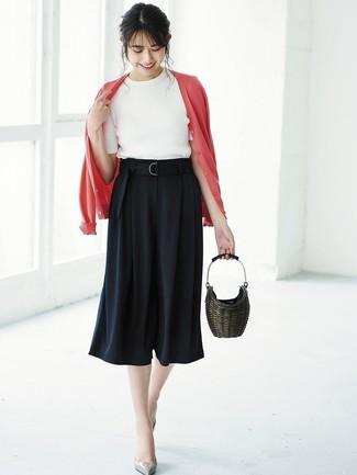 Wie kombinieren: rote Strickjacke, weißer Kurzarmpullover, schwarzer Hosenrock, graue Leder Pumps