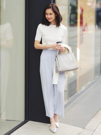 Wie kombinieren: weiße Strickjacke, weißer Kurzarmpullover, hellblaue weite Hose, silberne Leder Ballerinas