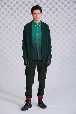 20 Jährige: Braune Lederhandschuhe kombinieren: trends 2020: Eine dunkelgrüne Strickjacke und braune Lederhandschuhe sind eine perfekte Outfit-Formel für Ihre Sammlung. Dunkelbraune hohe Sneakers aus Leder sind eine kluge Wahl, um dieses Outfit zu vervollständigen.