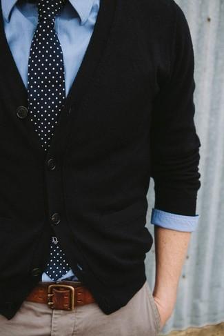 Hellblaues vertikal gestreiftes Langarmhemd kombinieren – 193 Herren Outfits: Kombinieren Sie ein hellblaues vertikal gestreiftes Langarmhemd mit einer hellbeige Chinohose für ein sonntägliches Mittagessen mit Freunden.