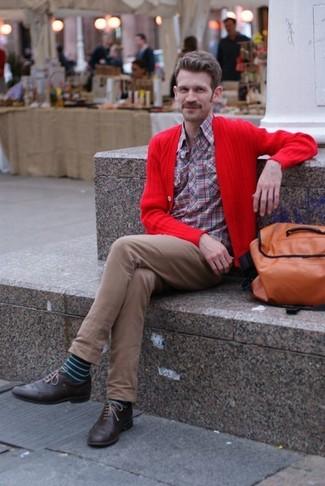 Wie kombinieren: rote Strickjacke, rotes Langarmhemd mit Schottenmuster, braune Chinohose, dunkelbraune Leder Brogues