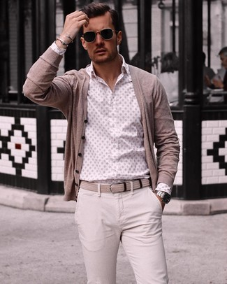 Wie kombinieren: hellbeige Strickjacke, weißes bedrucktes Langarmhemd, hellbeige Chinohose, hellbeige geflochtener Segeltuchgürtel
