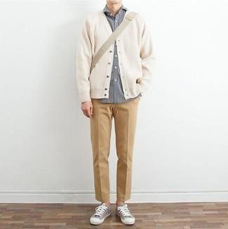 Graues Langarmhemd kombinieren: trends 2020: Kombinieren Sie ein graues Langarmhemd mit einer beige Chinohose für ein Alltagsoutfit, das Charakter und Persönlichkeit ausstrahlt. Fühlen Sie sich mutig? Ergänzen Sie Ihr Outfit mit grauen Segeltuch niedrigen Sneakers.