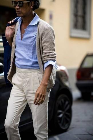Hellbeige Chinohose kombinieren: trends 2020: Kombinieren Sie eine hellbeige Strickjacke mit einer hellbeige Chinohose für ein bequemes Outfit, das außerdem gut zusammen passt.