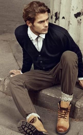 Wie kombinieren: schwarze Strickjacke, weißes Langarmhemd, braune Chinohose, beige Lederfreizeitstiefel