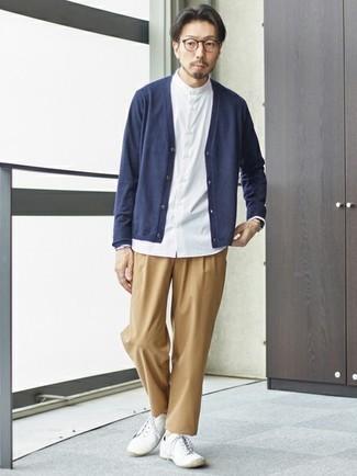 Dunkelblaue Strickjacke kombinieren – 483 Herren Outfits: Kombinieren Sie eine dunkelblaue Strickjacke mit einer beige Chinohose, um mühelos alles zu meistern, was auch immer der Tag bringen mag. Wenn Sie nicht durch und durch formal auftreten möchten, entscheiden Sie sich für weißen Segeltuch niedrige Sneakers.