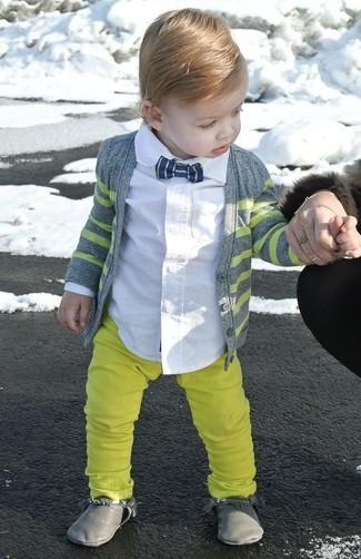 Wie kombinieren: graue Strickjacke, weißes Langarmhemd, gelbe Hose, graue Stiefel