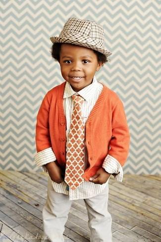 Wie kombinieren: orange Strickjacke, weißes vertikal gestreiftes Langarmhemd, hellbeige Hose, beige Hut