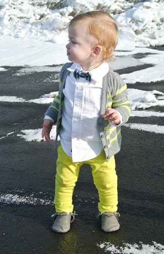 Wie kombinieren: graue Strickjacke, weißes Langarmhemd, gelbgrüne Jeans, graue Chukka-Stiefel