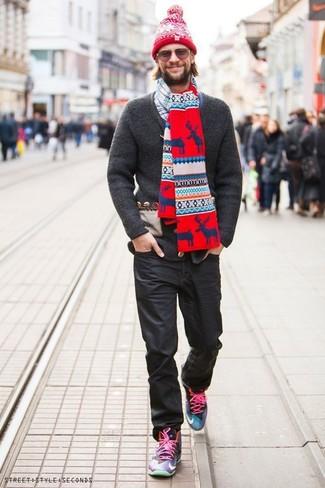 Wie kombinieren: dunkelgraue Strick Strickjacke, weißes und dunkelblaues Langarmhemd mit Schottenmuster, schwarze Jeans, mehrfarbige hohe Sneakers