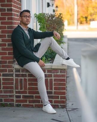 Graue Jeans kombinieren – 1200+ Herren Outfits: Kombinieren Sie eine dunkelgrüne Strickjacke mit grauen Jeans für ein sonntägliches Mittagessen mit Freunden. Suchen Sie nach leichtem Schuhwerk? Wählen Sie weißen Leder niedrige Sneakers für den Tag.