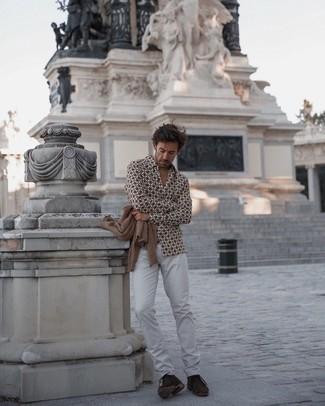 Weiße Jeans kombinieren – 1079+ Herren Outfits: Vereinigen Sie eine beige Strickjacke mit weißen Jeans, um mühelos alles zu meistern, was auch immer der Tag bringen mag. Dunkelbraune Chukka-Stiefel aus Wildleder sind eine großartige Wahl, um dieses Outfit zu vervollständigen.