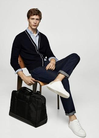 Weiße Leder niedrige Sneakers kombinieren: trends 2020: Tragen Sie eine schwarze Strickjacke und dunkelblauen Jeans, um mühelos alles zu meistern, was auch immer der Tag bringen mag. Weiße Leder niedrige Sneakers verleihen einem klassischen Look eine neue Dimension.