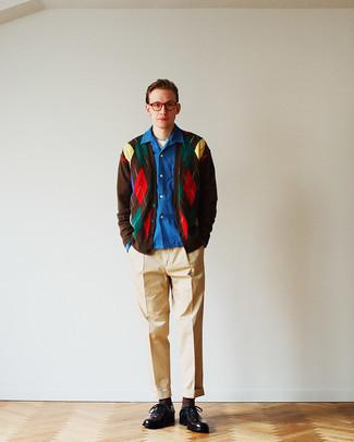 Herren Outfits 2021: Kombinieren Sie eine dunkelbraune bedruckte Strickjacke mit einer beige Chinohose für ein sonntägliches Mittagessen mit Freunden. Dunkelbraune Leder Oxford Schuhe putzen umgehend selbst den bequemsten Look heraus.