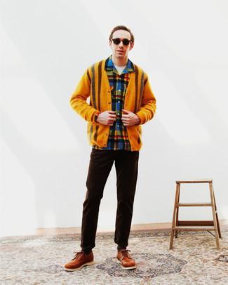 Herren Outfits 2021: Kombinieren Sie eine orange Strickjacke mit einer dunkelbraunen Chinohose für ein sonntägliches Mittagessen mit Freunden. Fühlen Sie sich mutig? Ergänzen Sie Ihr Outfit mit rotbraunen Leder Derby Schuhen.