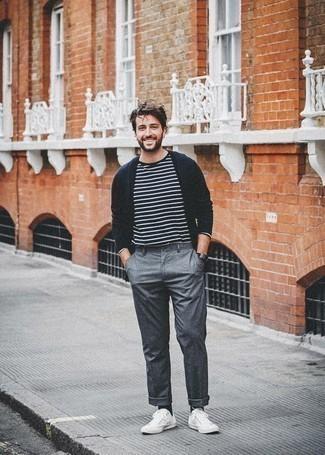 Dunkelblaue Strickjacke kombinieren: trends 2020: Vereinigen Sie eine dunkelblaue Strickjacke mit einer grauen Chinohose für ein bequemes Outfit, das außerdem gut zusammen passt. Bringen Sie die Dinge durcheinander, indem Sie weißen Segeltuch niedrige Sneakers mit diesem Outfit tragen.