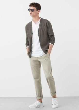Hellbeige Chinohose kombinieren: trends 2020: Vereinigen Sie eine braune Strickjacke mit einer hellbeige Chinohose für ein sonntägliches Mittagessen mit Freunden. Suchen Sie nach leichtem Schuhwerk? Vervollständigen Sie Ihr Outfit mit weißen Leder niedrigen Sneakers für den Tag.