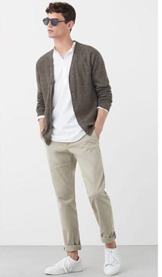 Weißes Langarmshirt mit einer Knopfleiste kombinieren – 44 Herren Outfits: Entscheiden Sie sich für ein weißes Langarmshirt mit einer Knopfleiste und eine hellbeige Chinohose für ein sonntägliches Mittagessen mit Freunden. Vervollständigen Sie Ihr Look mit weißen Segeltuch niedrigen Sneakers.