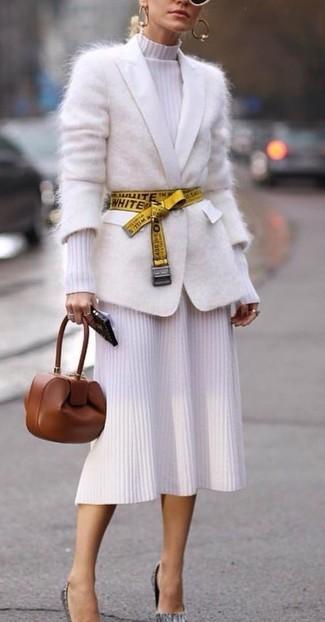 Wie kombinieren: weiße Mohair Strickjacke, weißes Strick Midikleid, graue Leder Pumps, braune Leder Clutch