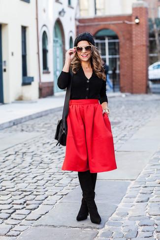 Wie kombinieren: schwarze Strickjacke, roter Falten Midirock, schwarze Overknee Stiefel aus Wildleder, schwarze Leder Umhängetasche