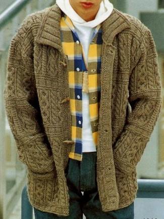 Wie kombinieren: olivgrüne Strickjacke mit einem Knebelverschluss, weißer Pullover mit einem Kapuze, gelbes Flanell Langarmhemd mit Schottenmuster, dunkelblaue Jeans