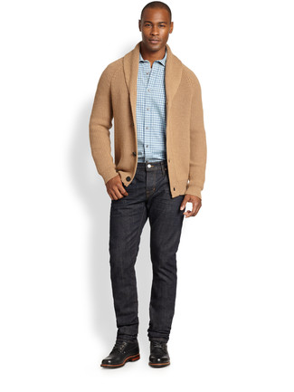Wie kombinieren: beige Strickjacke mit einem Schalkragen, hellblaues Langarmhemd mit Vichy-Muster, schwarze Jeans, schwarze Lederfreizeitstiefel
