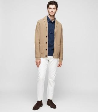 Wie kombinieren: beige Strickjacke mit einem Schalkragen, dunkelblaues Polohemd, weiße Chinohose, dunkelbraune Chelsea-Stiefel aus Wildleder