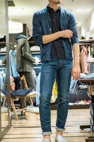 Dunkelblaue Strickjacke mit einem Schalkragen kombinieren – 165 Herren Outfits: Tragen Sie eine dunkelblaue Strickjacke mit einem Schalkragen und blauen Jeans für ein großartiges Wochenend-Outfit. Weiße und blaue horizontal gestreifte Segeltuch Espadrilles fügen sich nahtlos in einer Vielzahl von Outfits ein.
