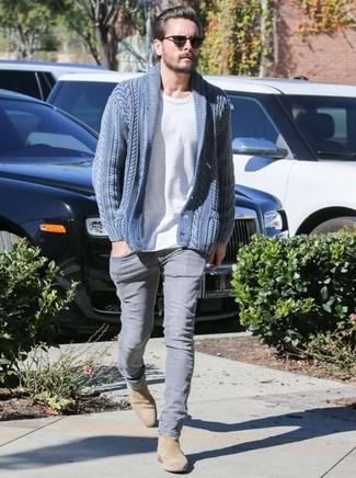Wie kombinieren: blaue Strickjacke mit einem Schalkragen, weißes T-Shirt mit einem Rundhalsausschnitt, graue Jeans, beige Chelsea-Stiefel aus Wildleder