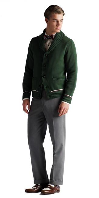 Wie kombinieren: dunkelgrüne Strickjacke mit einem Schalkragen, weißes Businesshemd, graue Anzughose, dunkelbraune Leder Slipper