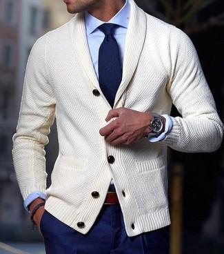 Wie kombinieren: hellbeige Strickjacke mit einem Schalkragen, hellblaues Businesshemd, dunkelblaue Anzughose, dunkelblaue Krawatte