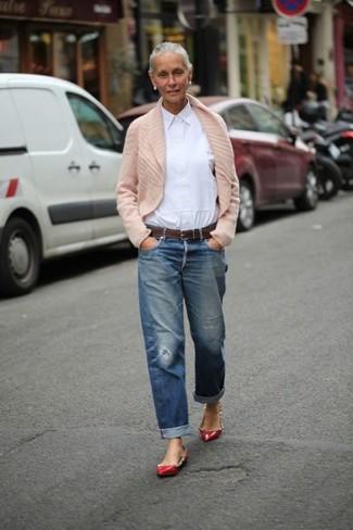 hellbeige Strickjacke mit einem Schalkragen, weißes Businesshemd, blaue Boyfriend Jeans mit Destroyed-Effekten, rote beschlagene Leder Ballerinas für Damen