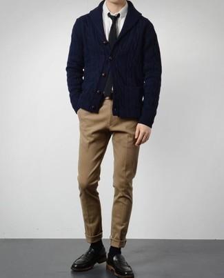 Dunkelblaue Strickjacke mit einem Schalkragen kombinieren – 165 Herren Outfits: Kombinieren Sie eine dunkelblaue Strickjacke mit einem Schalkragen mit einer beige Chinohose, um einen eleganten, aber nicht zu festlichen Look zu kreieren. Schwarze Leder Slipper sind eine einfache Möglichkeit, Ihren Look aufzuwerten.