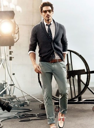 Wie kombinieren: dunkelgraue Strickjacke mit einem Schalkragen, weißes Businesshemd, graue Chinohose, weiße und rote und dunkelblaue Bootsschuhe